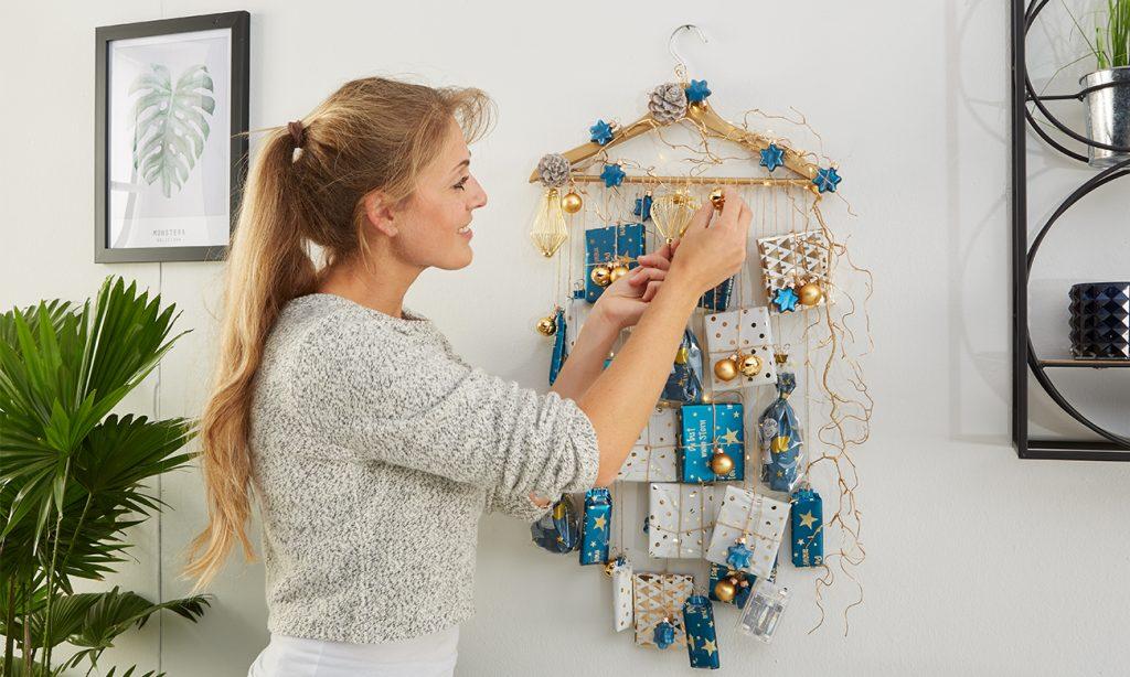 Mit Hilfe einer Schnurr werden die 24 Geschenke am Kleiderbügel befestigt
