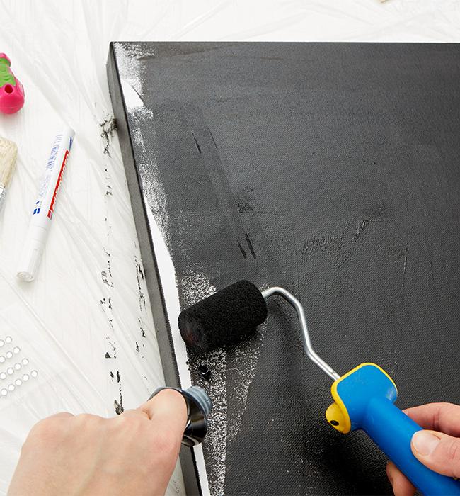 Zu Beginn die Leinwand mit Acrylfarbe schwarz anmalen