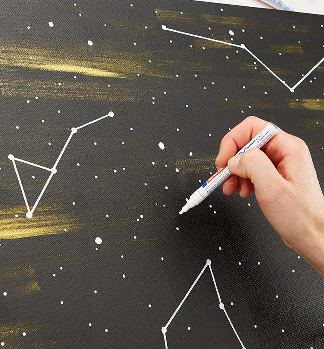 Sternbild mit weissen Edding auf die Leinwand übertragen
