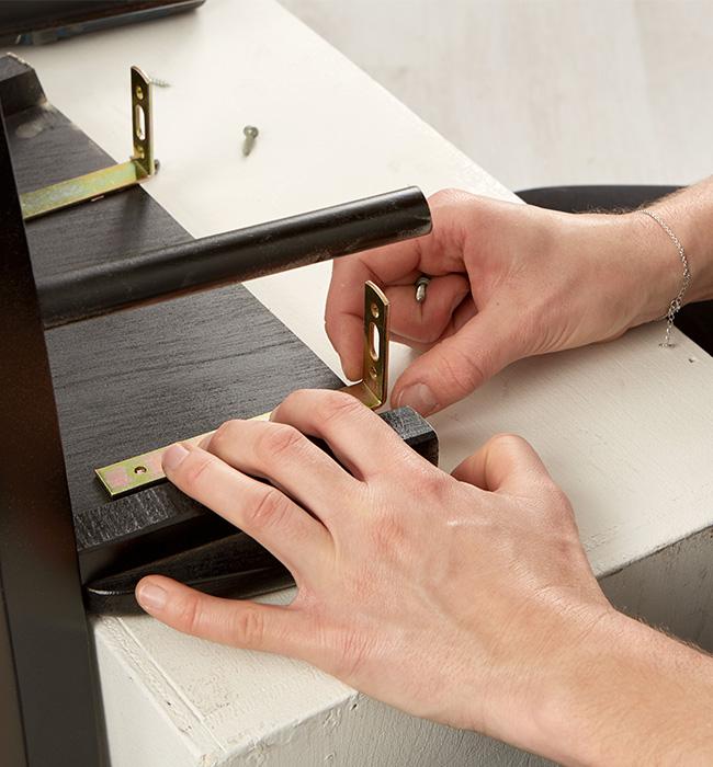 Winkelverbinder für die Wandmontage am Stuhl befestigen