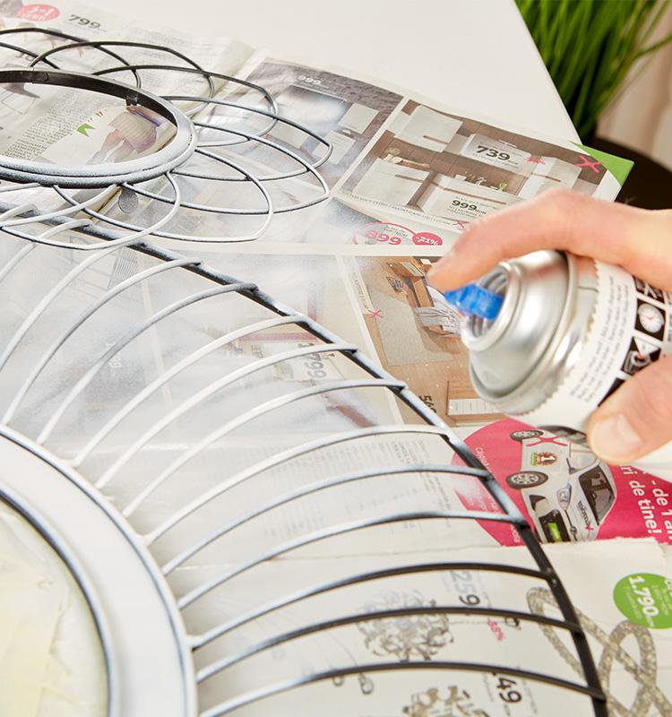 Metallspiegel mit Lackspray in die gewünschte Farbe bringen