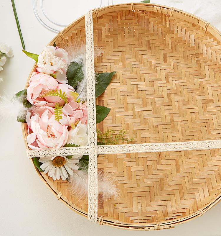 Dekotablett mit Kunstblumen und Spitzenborte verzieren