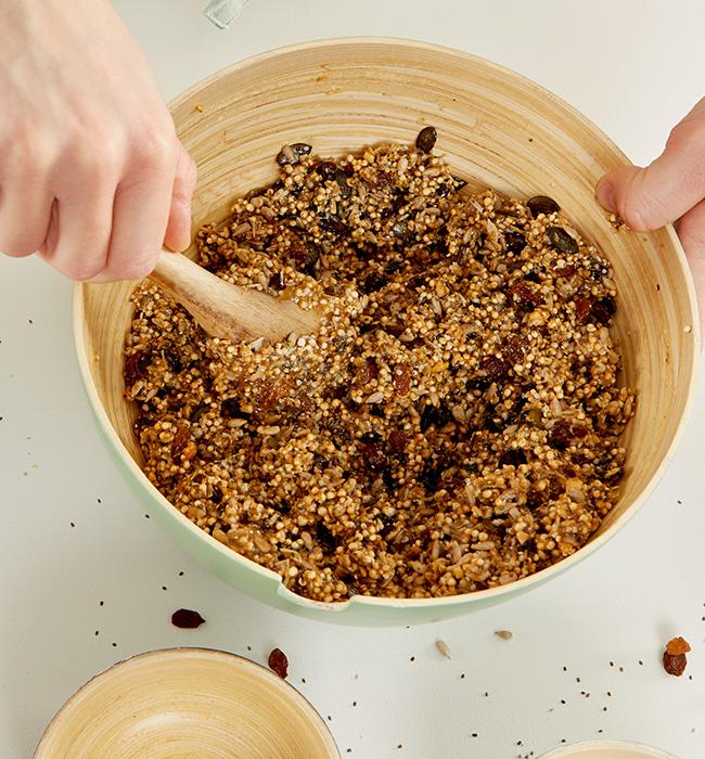 Die Erdnussbuttermasse mit den restlichen Zutaten vermengen