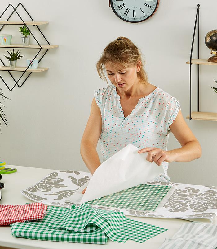 Backpapier vom Tuch abziehen