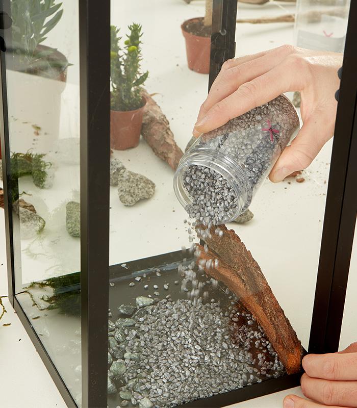 Laternenrand abdichten und mit Kies und Steinen befüllen