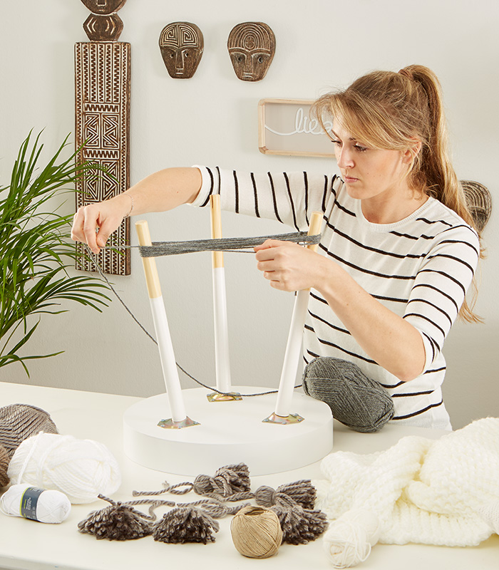 Pompons ganz einfach mit Hilfe eines Stuhls oder Tisch machen