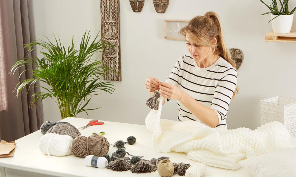Pompon und Tasseln DIY - mömax Blog - Yvonne bastelt Pompons und Tasseln8