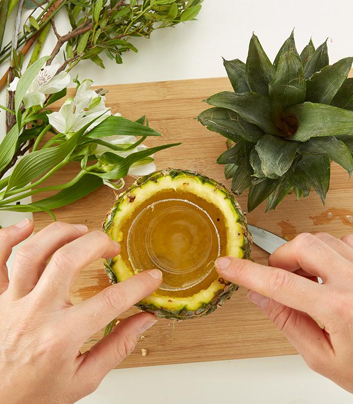 Glas oder Becher in die Frucht stellen