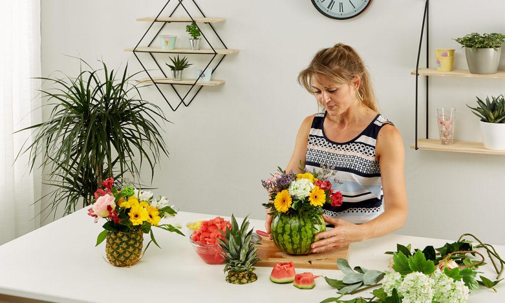 Sommerliche Ananas- und Melonenvase DIY - mömax Blog - Yvonne bastelt eine Ananasvase