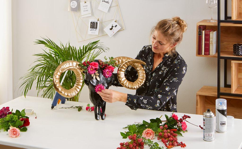 Wanddeko Schädel mit Blumen und Beeren verzieren