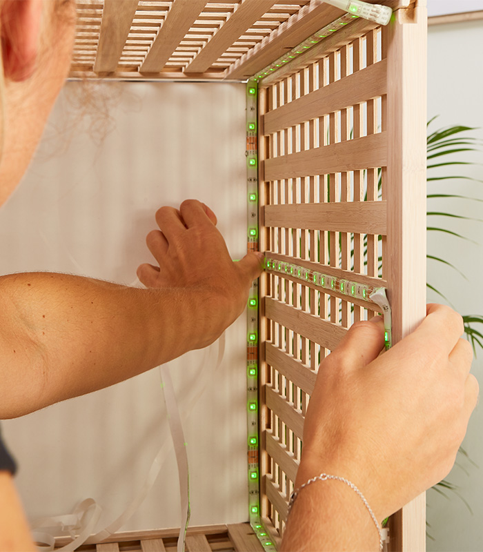 LED-Dekoleuchte wird in den Wäschekorb geklebt