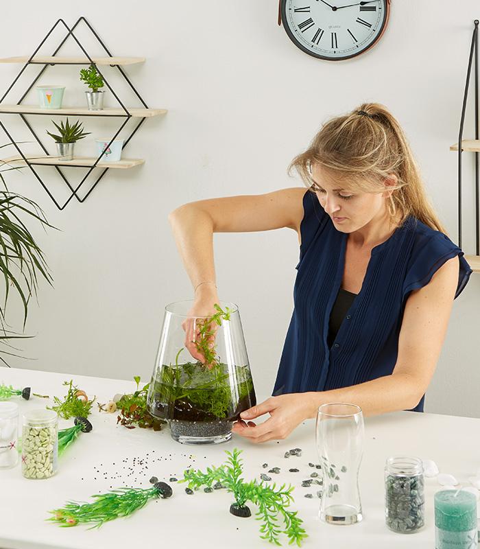 Wasserpflanzen im Gefäß platzieren