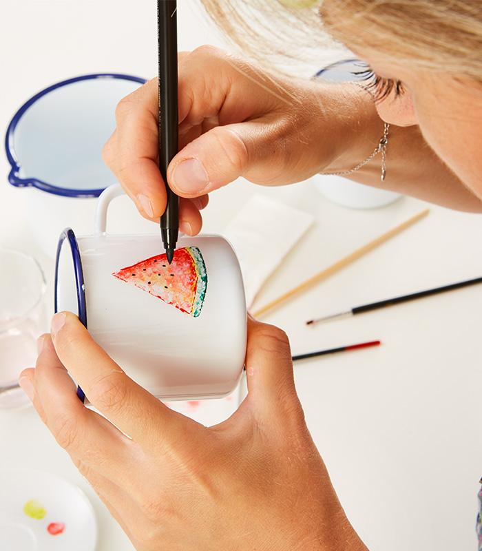 Mit Hilfe eines Pinsels und Wasser kann im aquarell-Stil gemalt werden