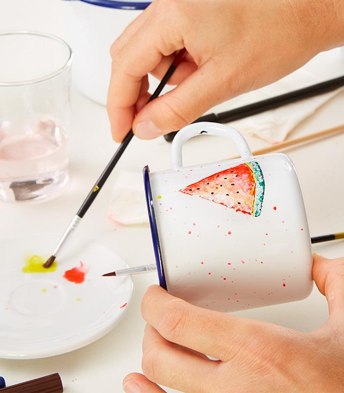 Mit Hilfe eines Pinsels und Wasser kann im aquarell-Technik gemalt werden