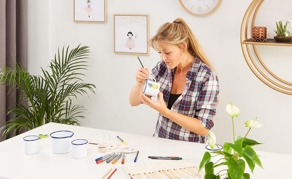 Emaille Tassen selber bemalen - mömax Blog - Yvonne bemalt eine Tasse5