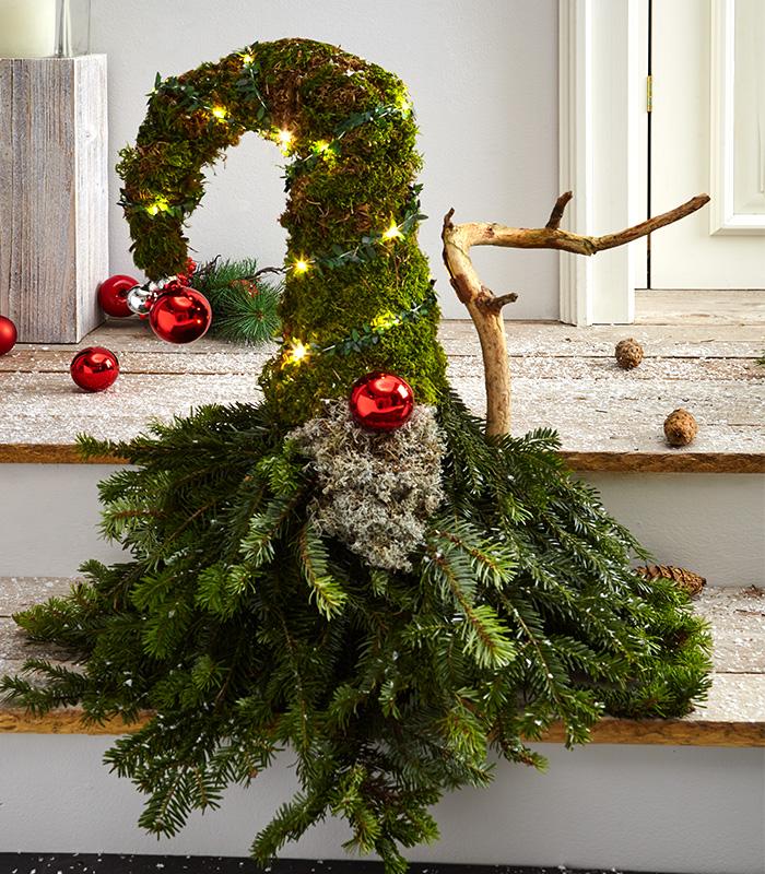 Weihnachtlicher Wichtel aus Tanne und Moos selber machen