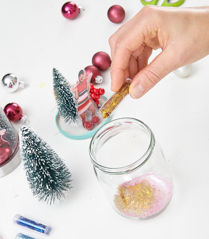 Glitter und/oder Glitzer-Pailletten ins Glas füllen.