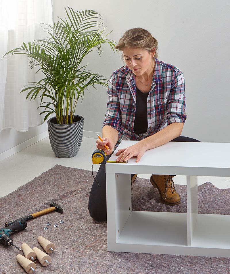 Zu Beginn die Position der Möbelfüsse ausmessen