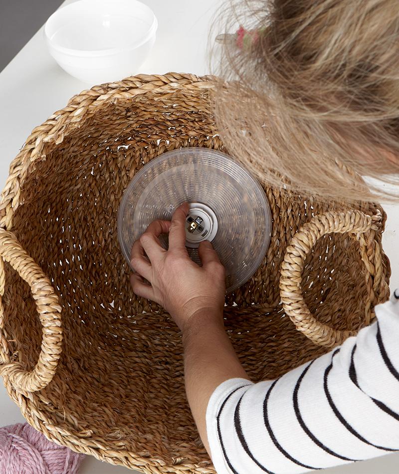Den Plastikdeckel auf die Lampenfassung setzen und mit dem Sicherheitsring festschrauben
