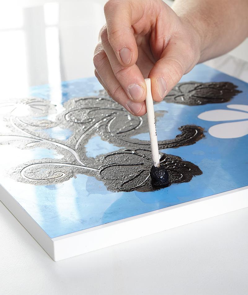 Farbe mit einem Schwammpinsel vorsichtig auftupfen