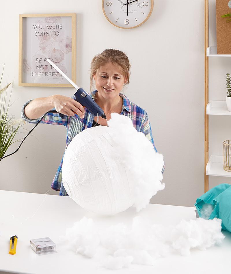Den Papierlampenschirm mit Kissenfüllung oder Watte bekleben