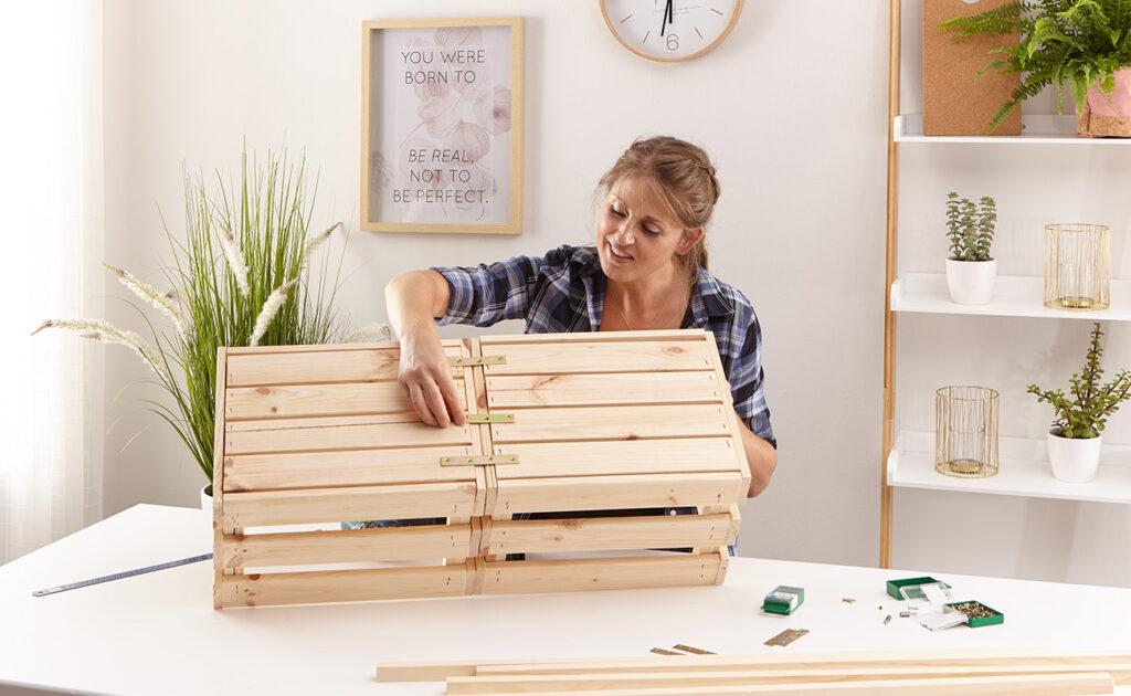 Regal aus Holzkisten selber machen - mömax Blog - Yvonne bastelt