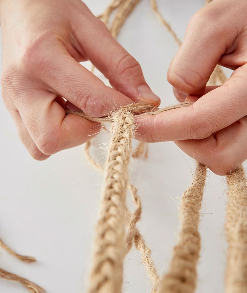 Die 12 Fäden werden zu 4 Strängen geflochten