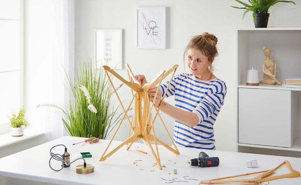 Tischleuchte aus Kleiderbügel DIY - Yvonne bastelt eine Stehlampe