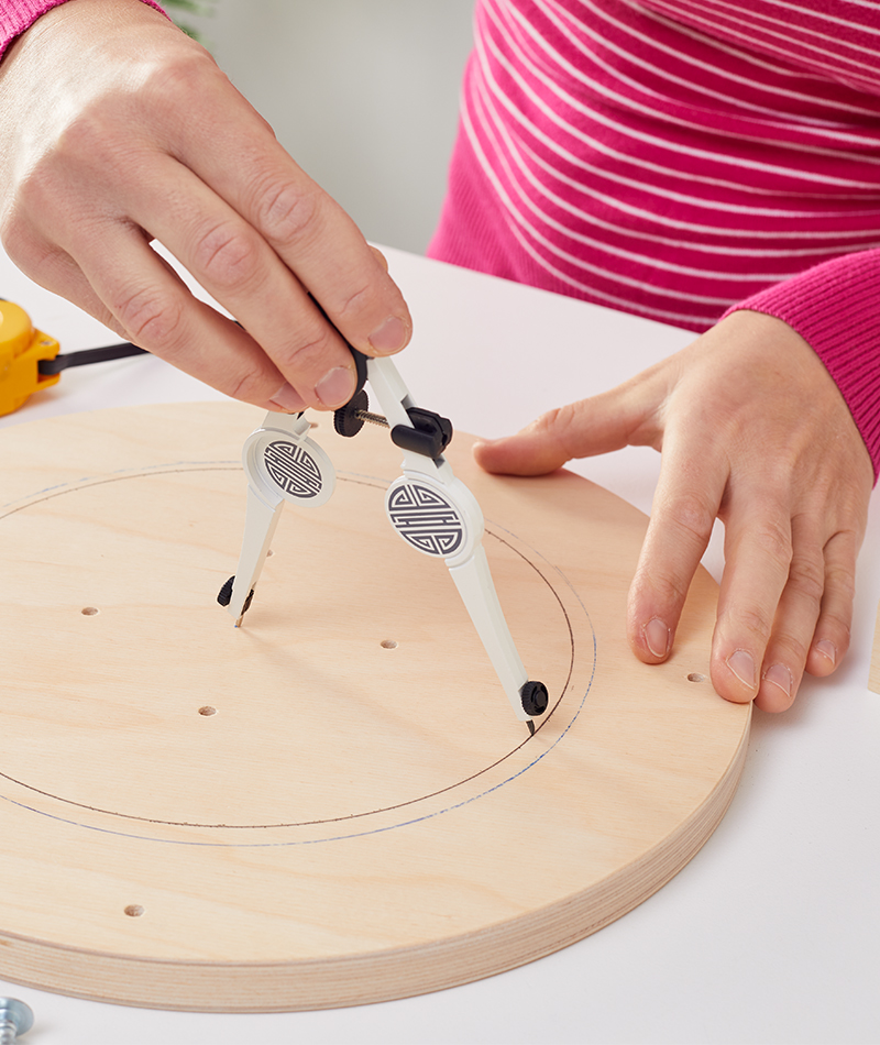 Mittig mit dem Zirkel einen Kreis auf die Sitzfläche zeichnen