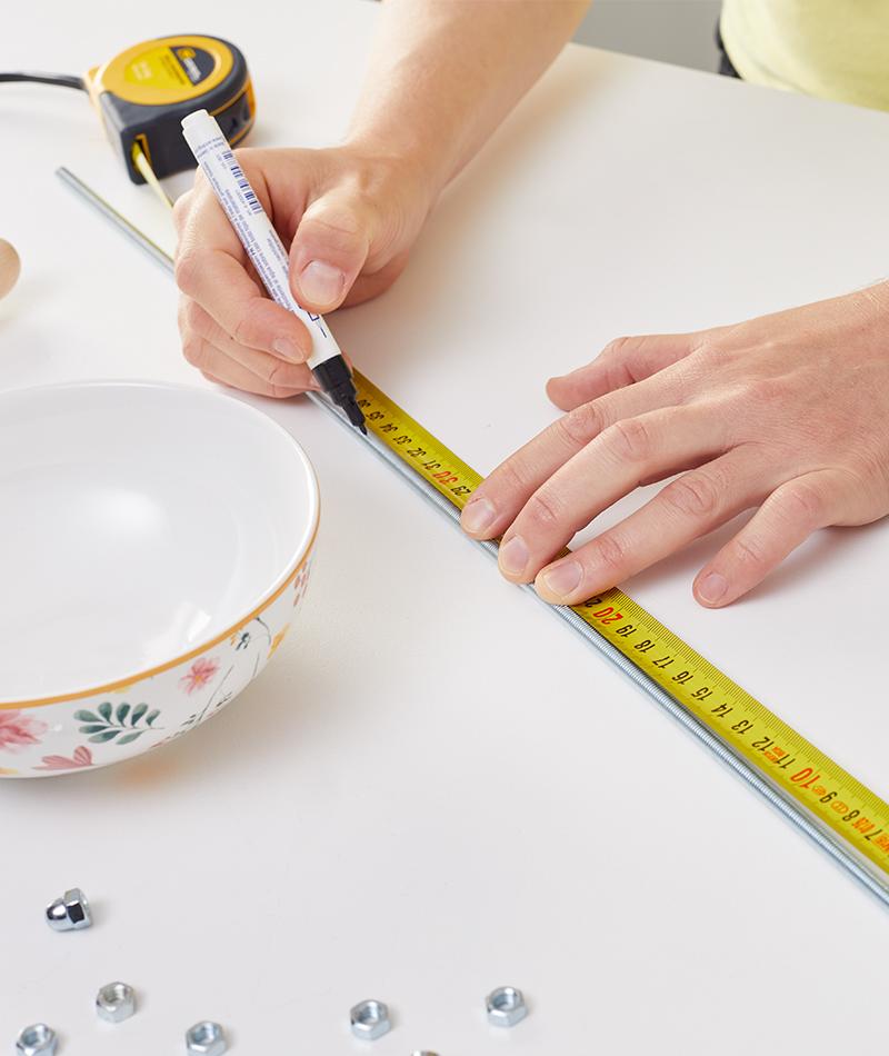 Passende Länge auf der Gewindestange abmessen