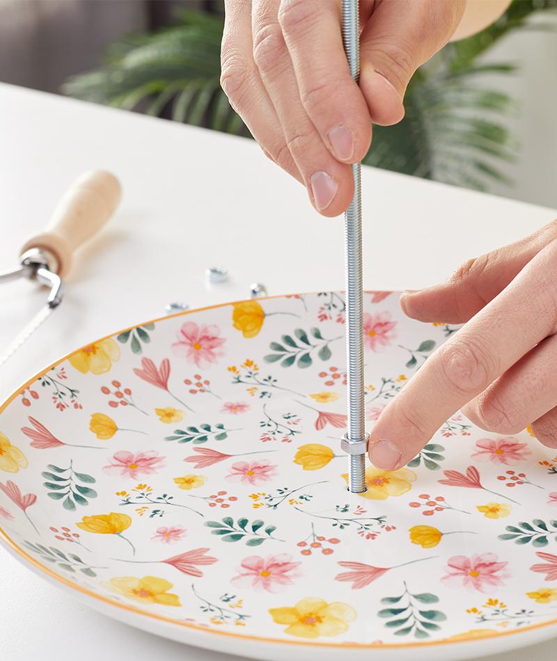Mit der Mutter wird der Teller an der passenden Stelle befestigt