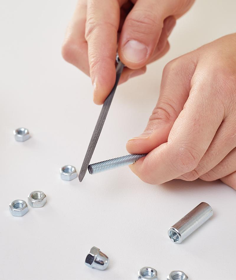 Scharfe Kanten mit einer Metallfeile entfernen