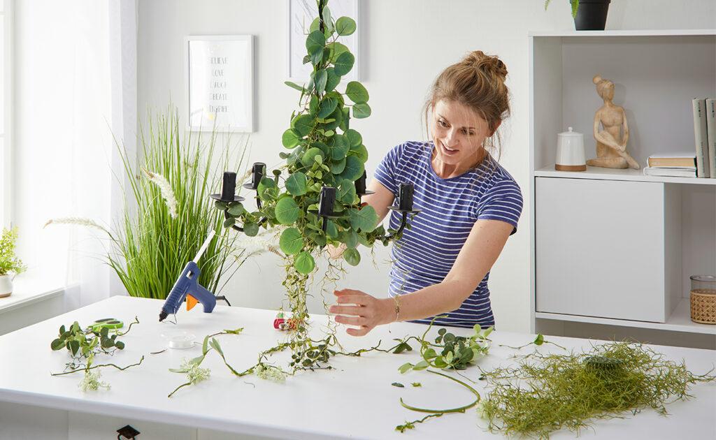 Kronleuchte mit Pflanzen DIY - mömax Blog - Yvonne bgrünt einen Kronleuchter