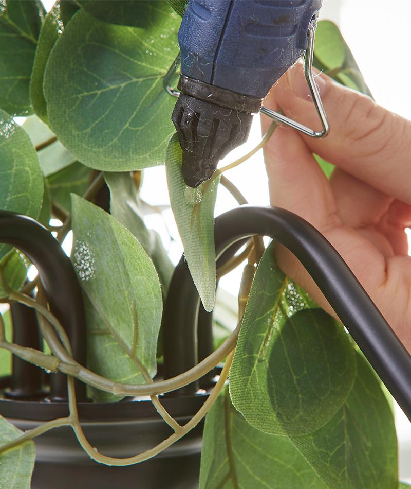 Mit Heißkleber werden einzelne Blätter gut befestigt