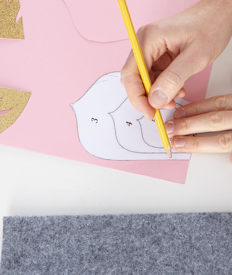 Blütenblätter auf den Tonpapier zeichnen und ausschneiden
