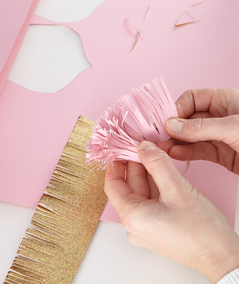 Der Blütendocht wird aus einem Papierstreifen gebastelt