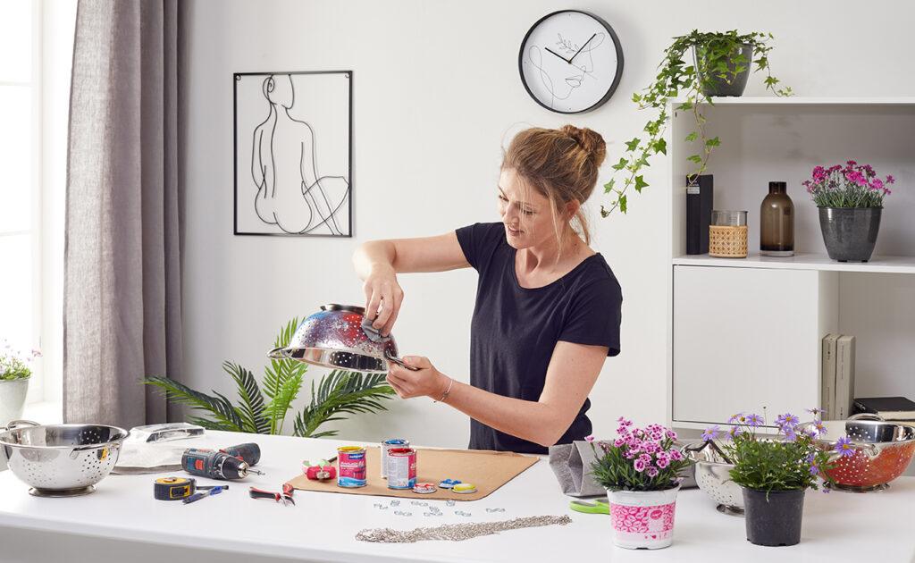 Blumenampel aus Sieb DIY - mömax Blog - Yvonne bastelt eine Blumenampel