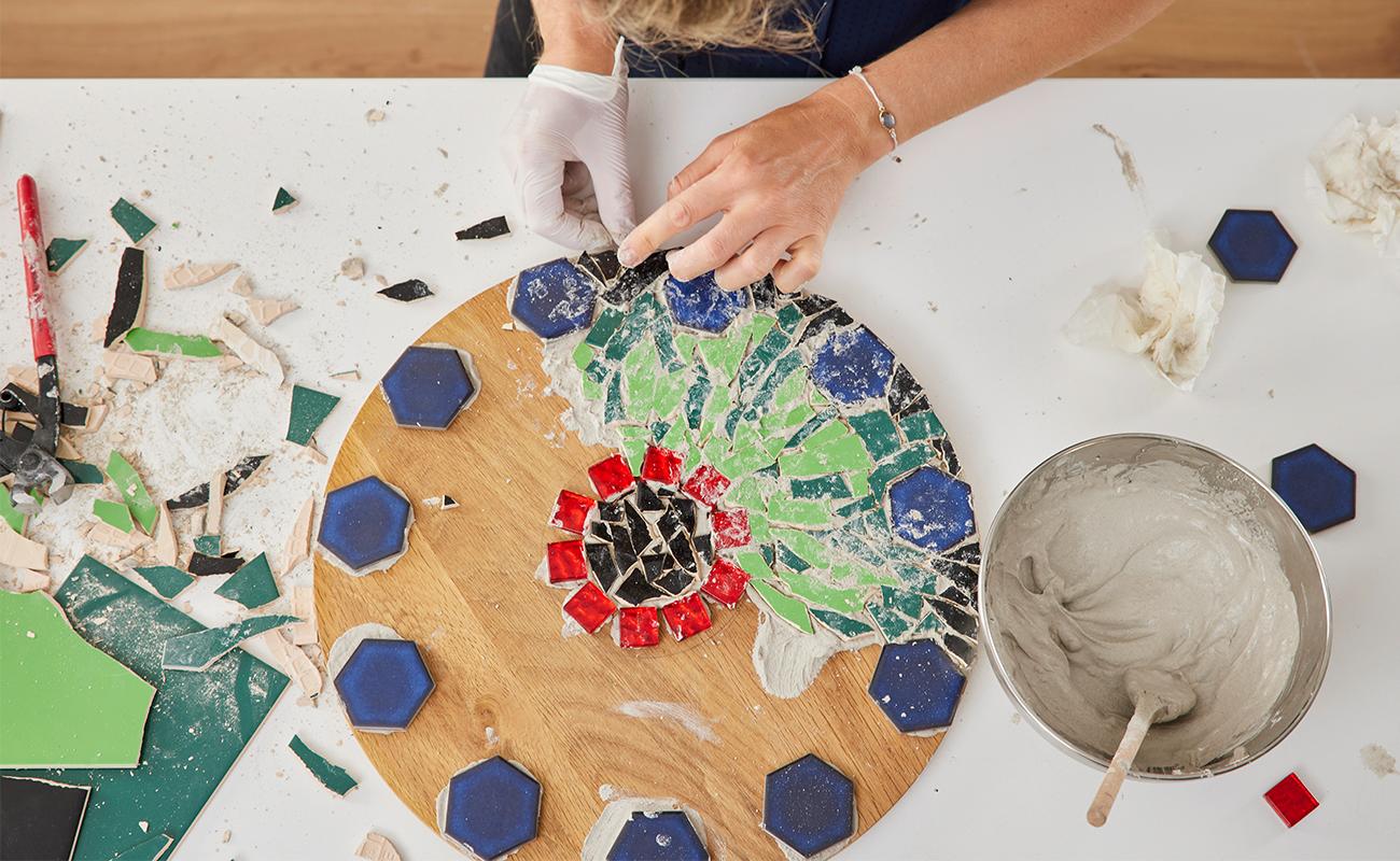Mosaiksteine mit Fliesenkleber aufkleben