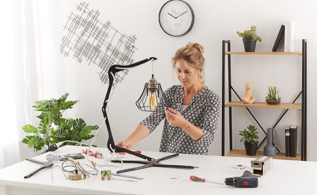 Tischlampe aus Kleiderbügel DIY