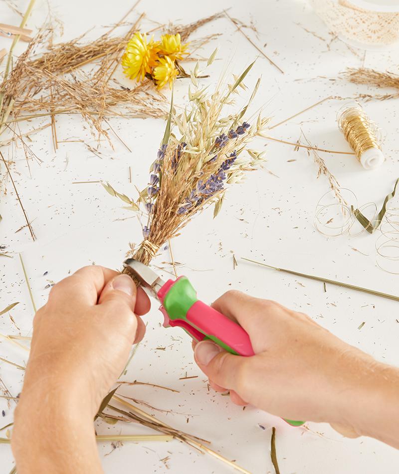 Für den Kranz werden mehrere kleine Sträusse aus Trockenblumen gebunden