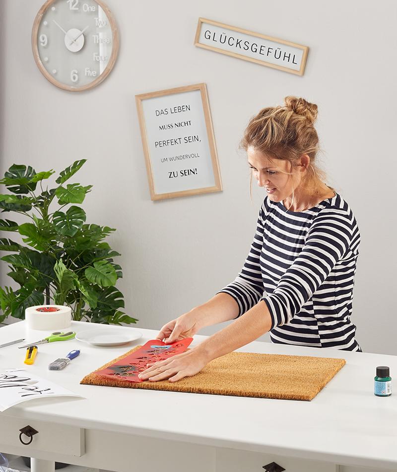 Schablone mit Malerband fixieren