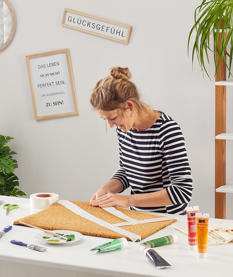 Anstatt der Schablone kann auch mit einem Malerband gearbeitet werden