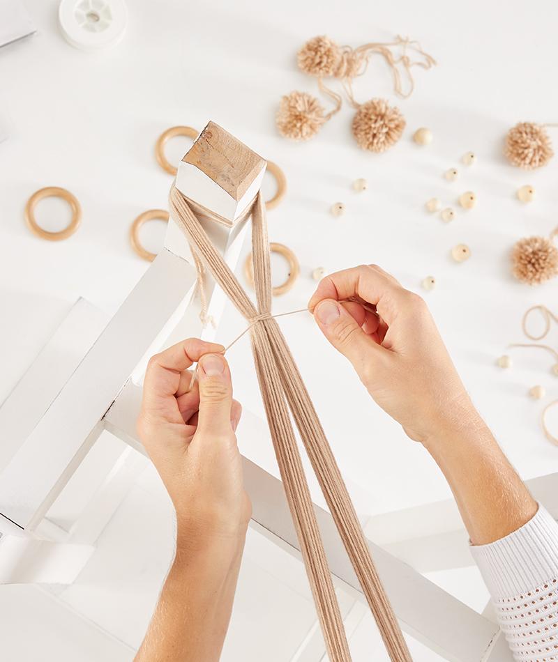 Der Wollstrang wird mit Fäden abgebunden
